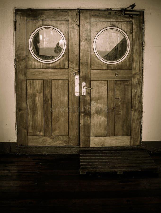 El barco viejo de la nave con el material de madera y el bw redondo del vidrio y blanco y negro colorean estilo imagenes de archivo