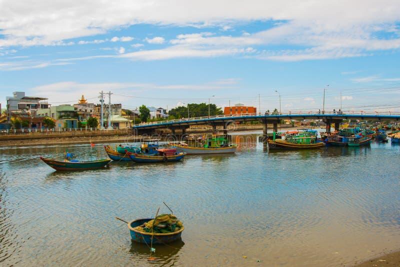 El barco vietnamita tradicional en la cesta formó, Phan Thiet, Vietnam fotografía de archivo libre de regalías