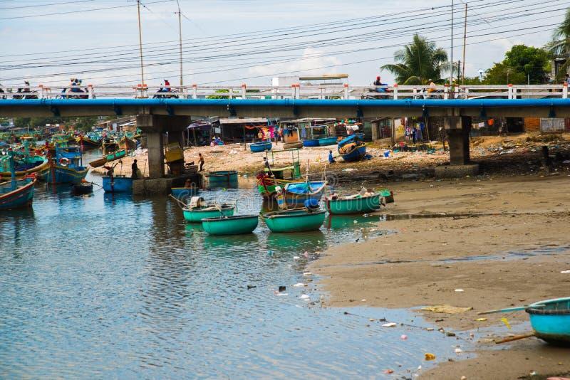 El barco vietnamita tradicional en la cesta formó, Phan Thiet, Vietnam fotos de archivo libres de regalías