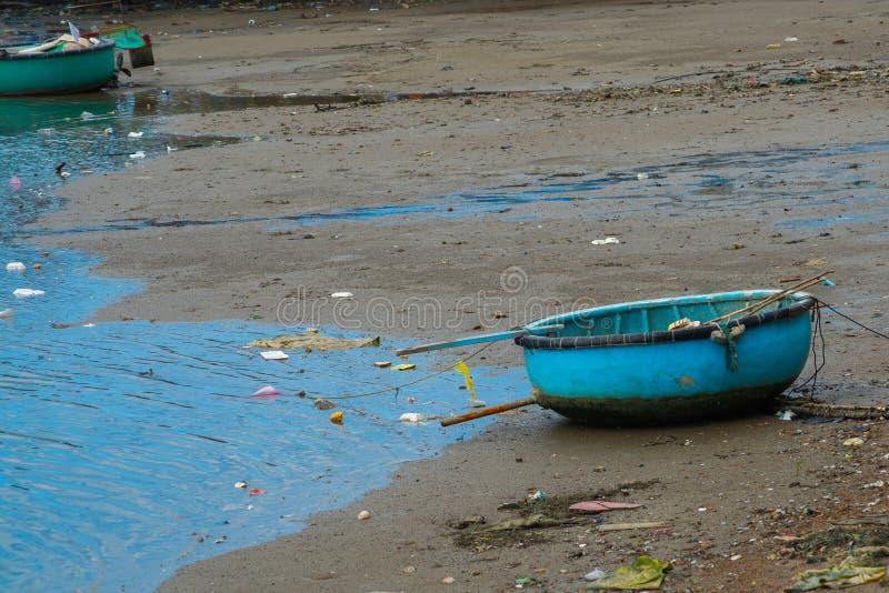 El barco vietnamita tradicional en la cesta formó, Phan Thiet, Vietnam imagen de archivo