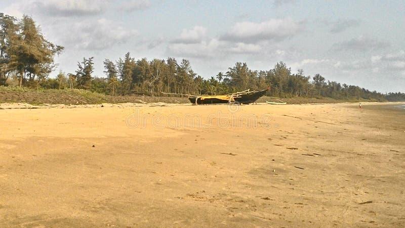 El barco y la playa imagen de archivo