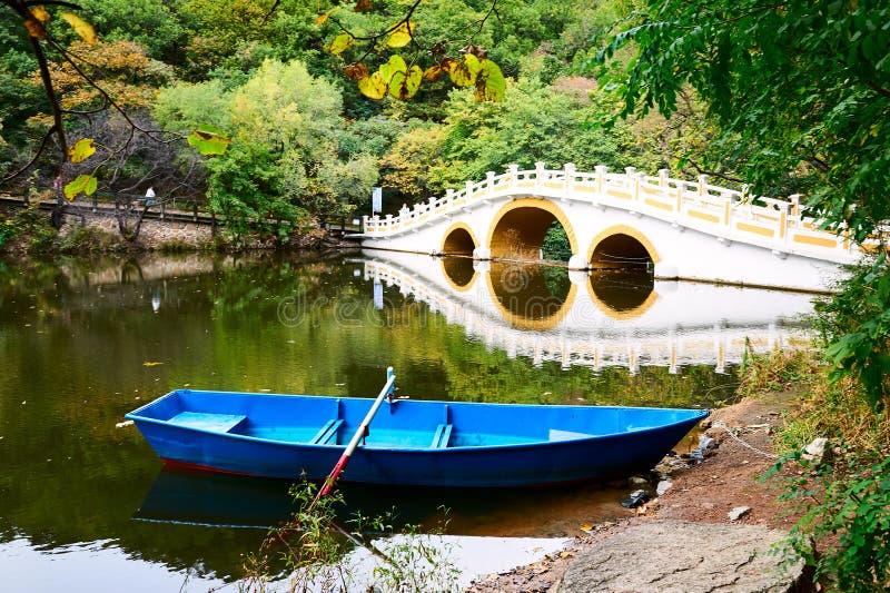El barco y el puente imagen de archivo