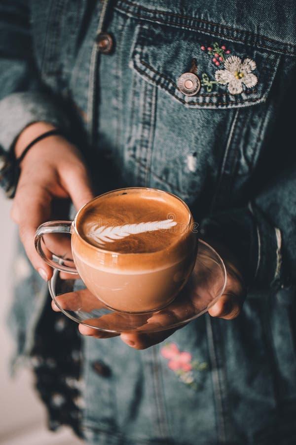 El barista y el latte fotos de archivo libres de regalías