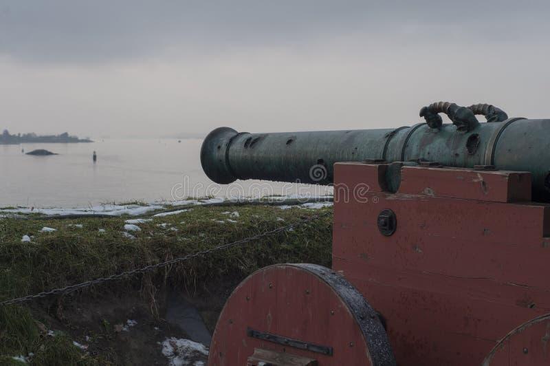 El barril de arma mira hacia el mar fotos de archivo