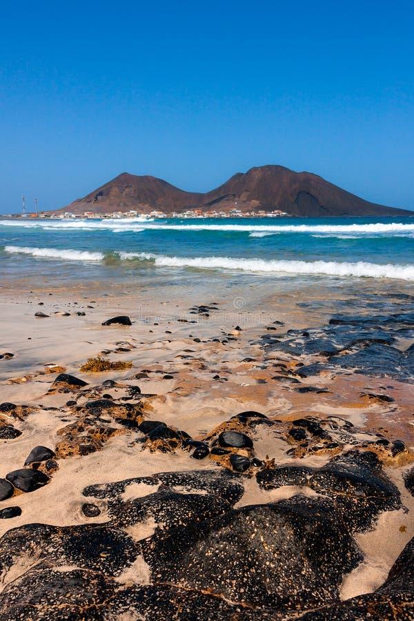 El basalto volcánico oscila en la playa, volcán de Calhau foto de archivo libre de regalías