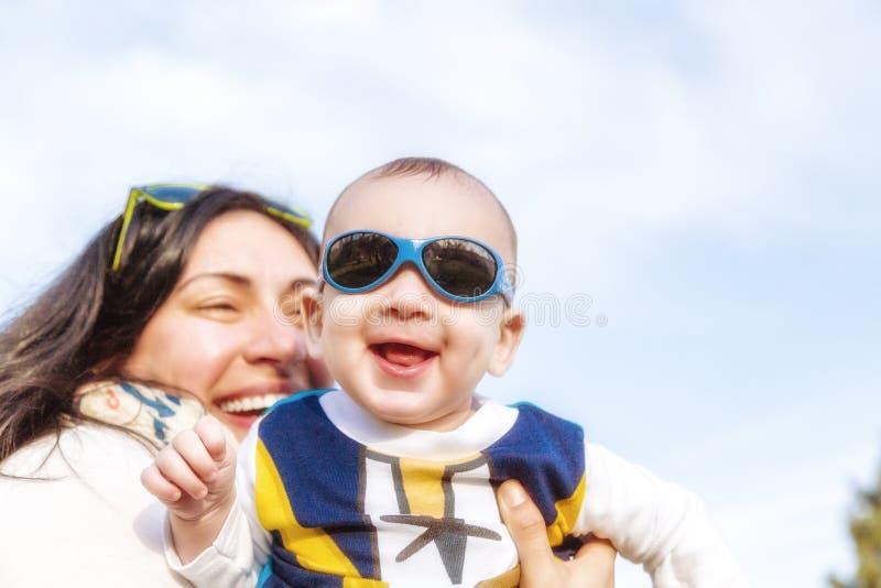 El bebé agradable con el azul googlea imágenes de archivo libres de regalías