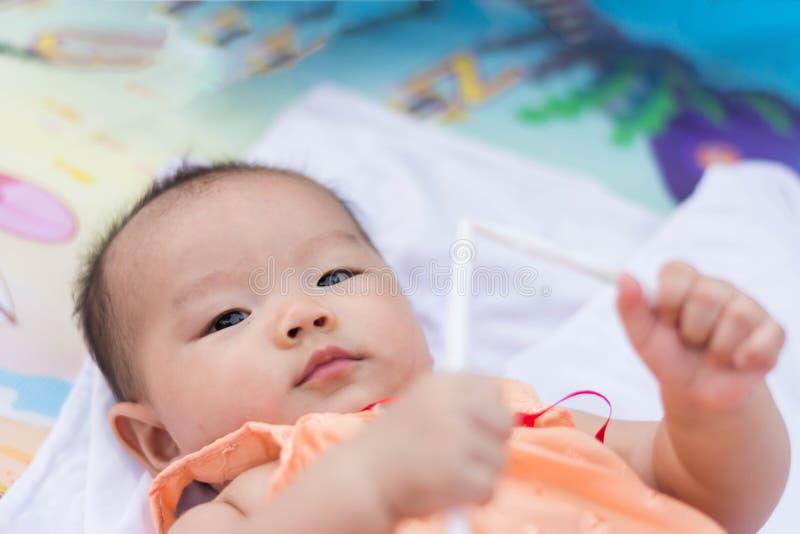 El bebé asiático goza el jugar del juguete en el parque fotografía de archivo libre de regalías
