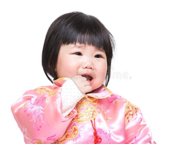 El bebé chino chupa el finger en boca imagenes de archivo