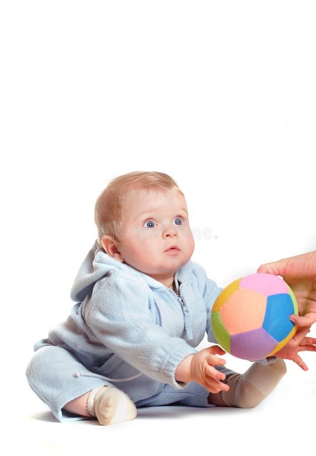 El bebé consigue la bola foto de archivo