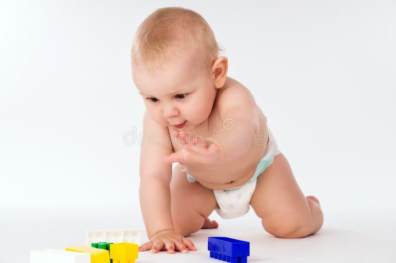 El bebé desnudo se arrastra en todos los fours imágenes de archivo libres de regalías