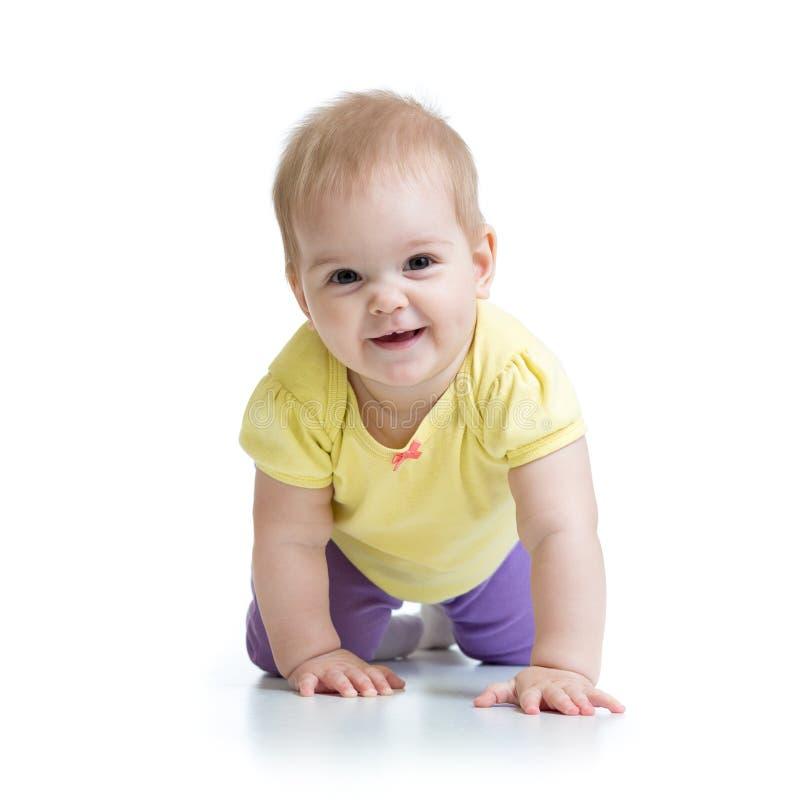 El bebé divertido va abajo en todos los fours imagen de archivo libre de regalías
