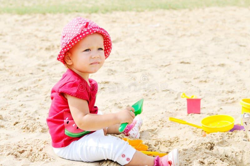 El bebé está jugando en arena foto de archivo libre de regalías