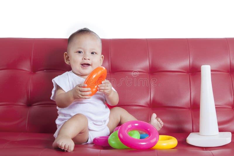 El bebé juega un juguete de la pirámide foto de archivo libre de regalías