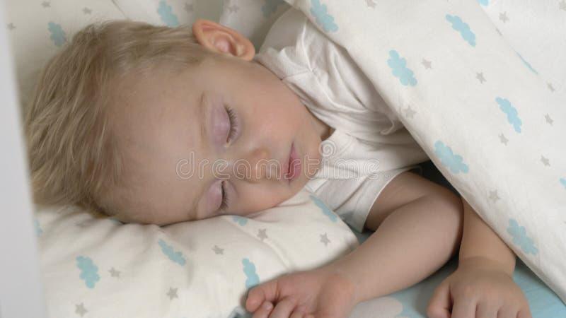 El bebé lindo está durmiendo en d3ia imagen de archivo