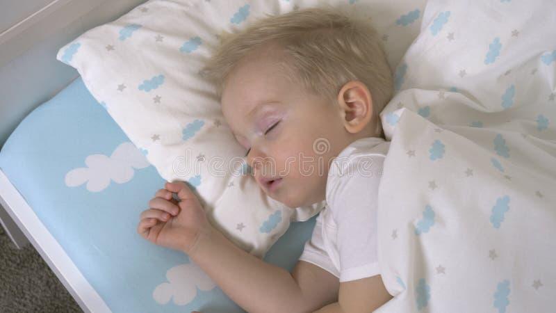El bebé lindo está durmiendo en d3ia fotos de archivo