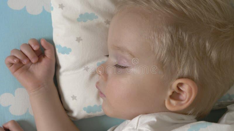 El bebé lindo está durmiendo en d3ia fotos de archivo libres de regalías