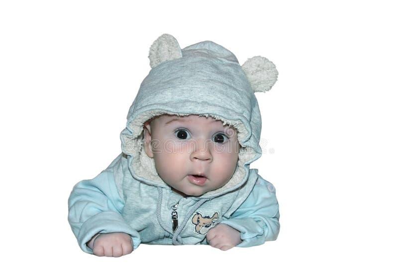 El bebé lindo miente en la panza fotografía de archivo