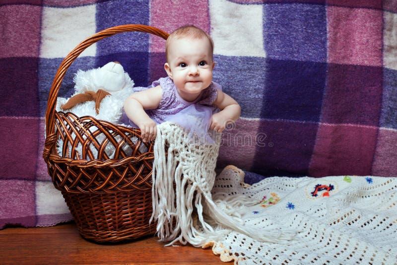 El bebé mira fuera de la cesta fotografía de archivo libre de regalías