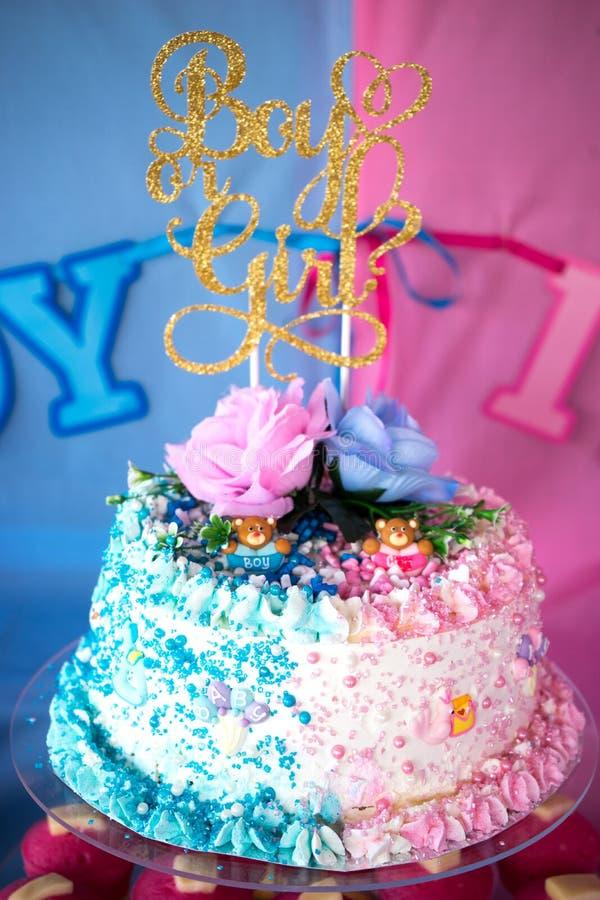 El bebé o el género revela la torta de la ocasión imagen de archivo