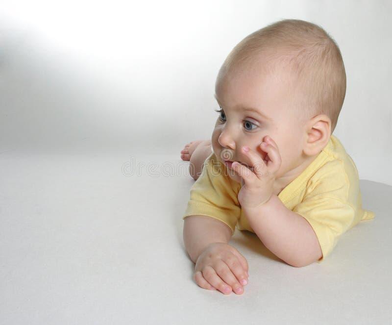 El bebé piensa imágenes de archivo libres de regalías