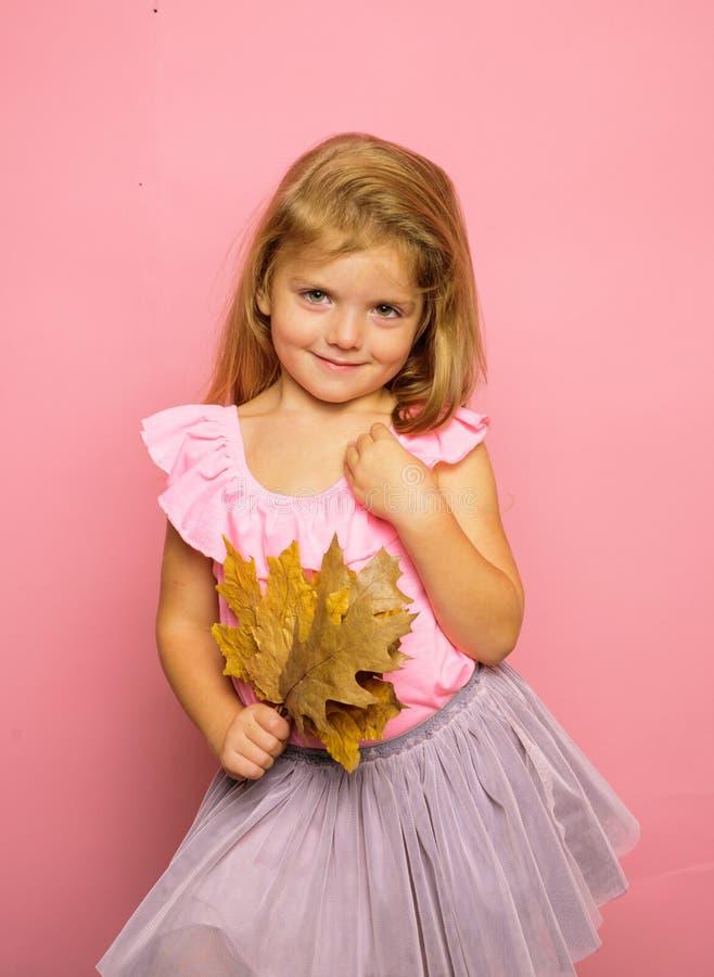 El bebé se está preparando para el día soleado del otoño muchacha linda en ropa estacional de un otoño Autumn Time Estación y oto fotos de archivo libres de regalías