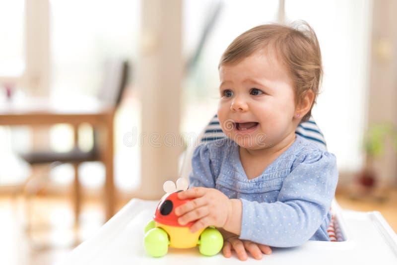 El bebé siente la desesperación imagenes de archivo