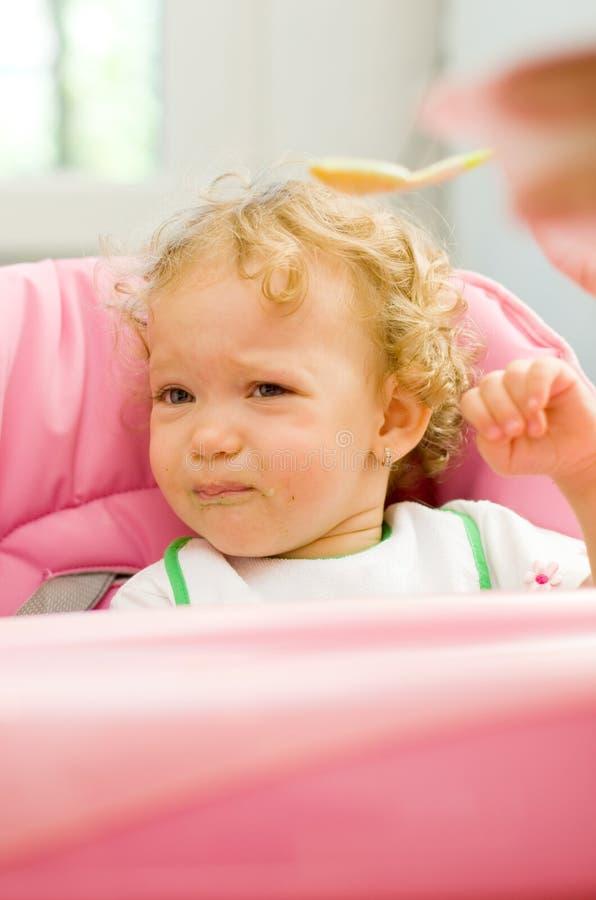El bebé tenía bastante de comer espinaca imágenes de archivo libres de regalías