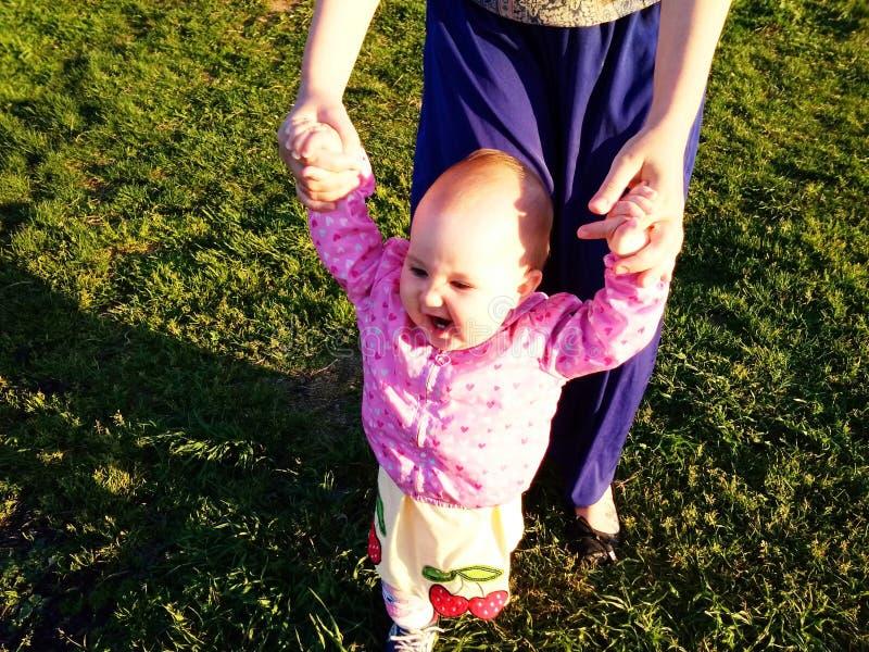 El beb? aprende caminar imagen de archivo