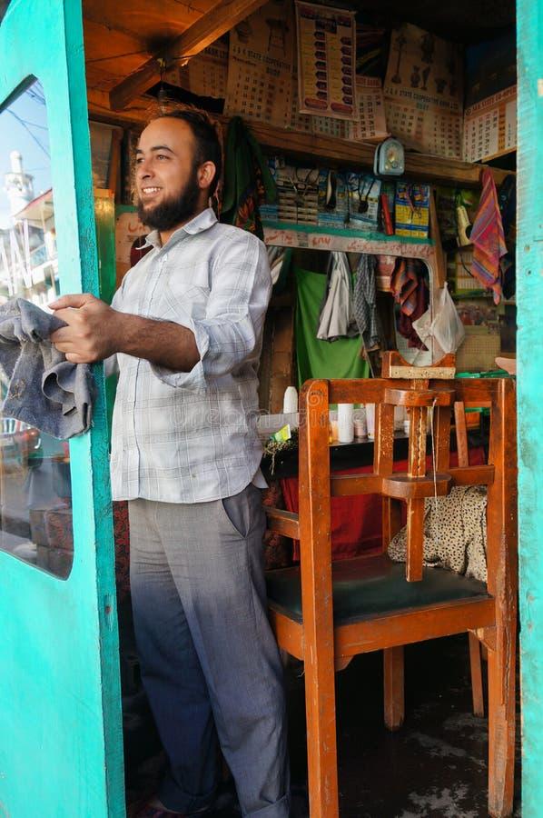 El beore de la limpieza del peluquero abre el salón de pelo en Kargil, la India fotos de archivo
