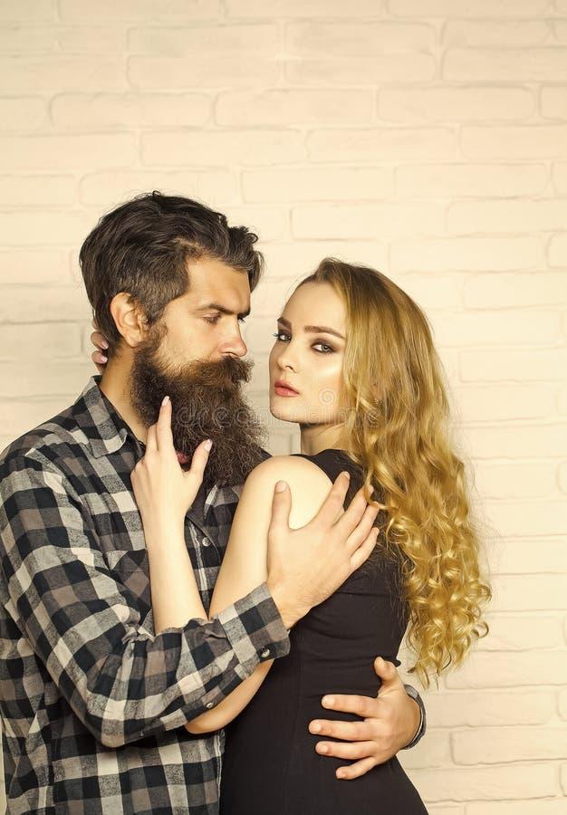 El besarse apasionado, muchacho y muchacha de los pares hombre en mujer del abrazo de la camisa de tela escocesa fotografía de archivo