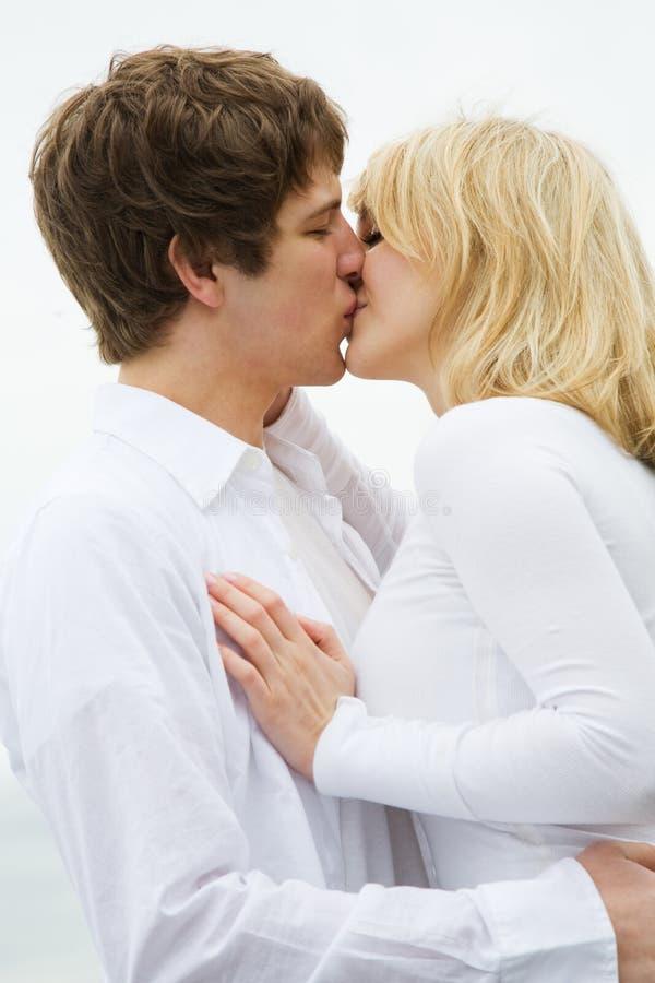 El besarse caucásico de los pares fotografía de archivo