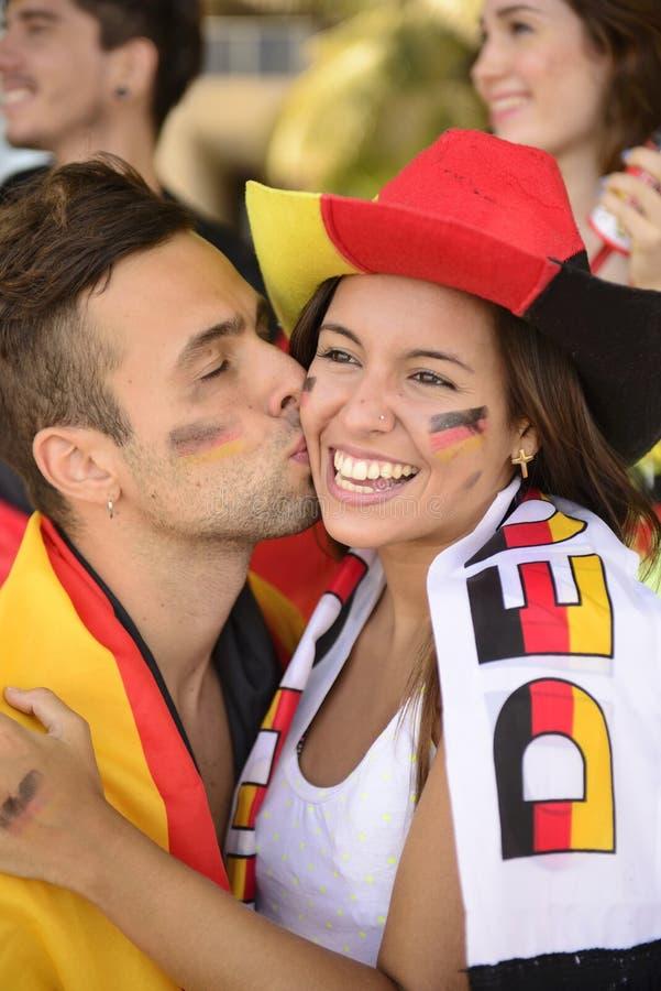 El besarse de los aficionados deportivos del fútbol. imagen de archivo