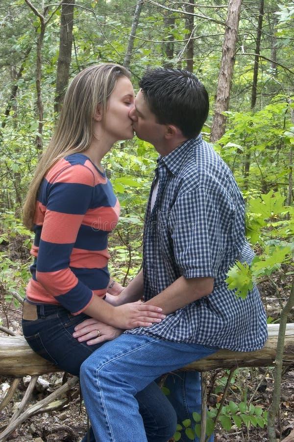El besarse de los pares fotos de archivo libres de regalías