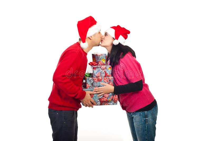El besarse de los pares de la Navidad fotos de archivo libres de regalías