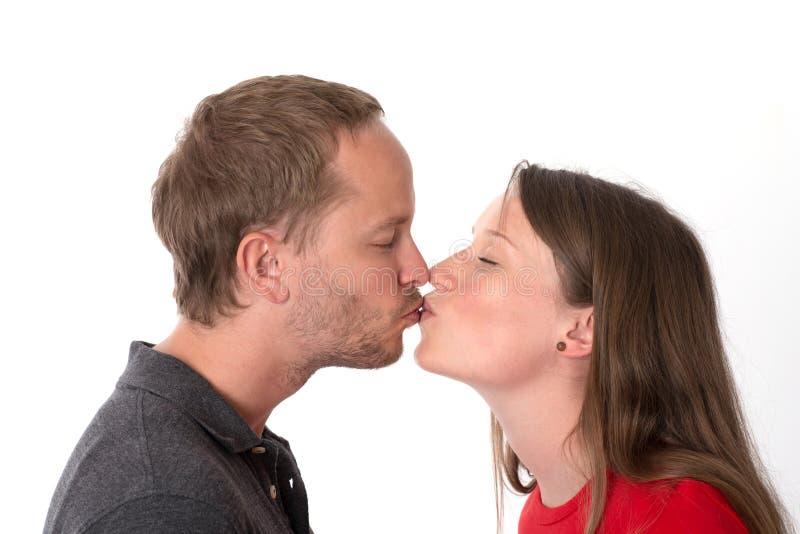 El besarse del hombre joven y de la mujer imagen de archivo libre de regalías