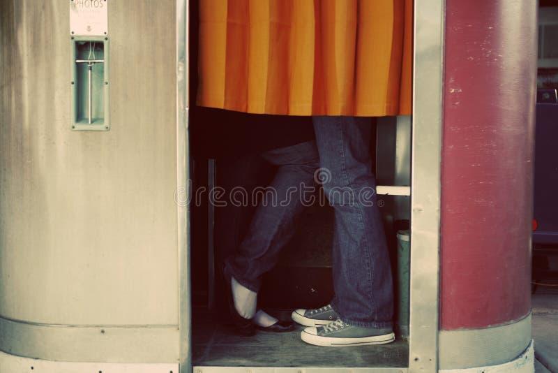 El besarse en cabina de la foto fotos de archivo