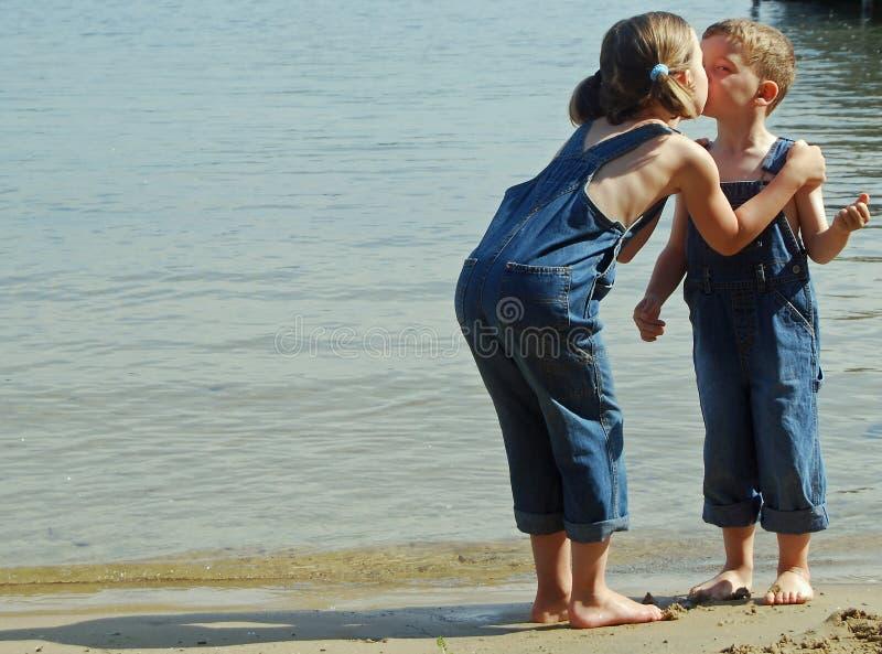 El besarse en la playa fotos de archivo libres de regalías