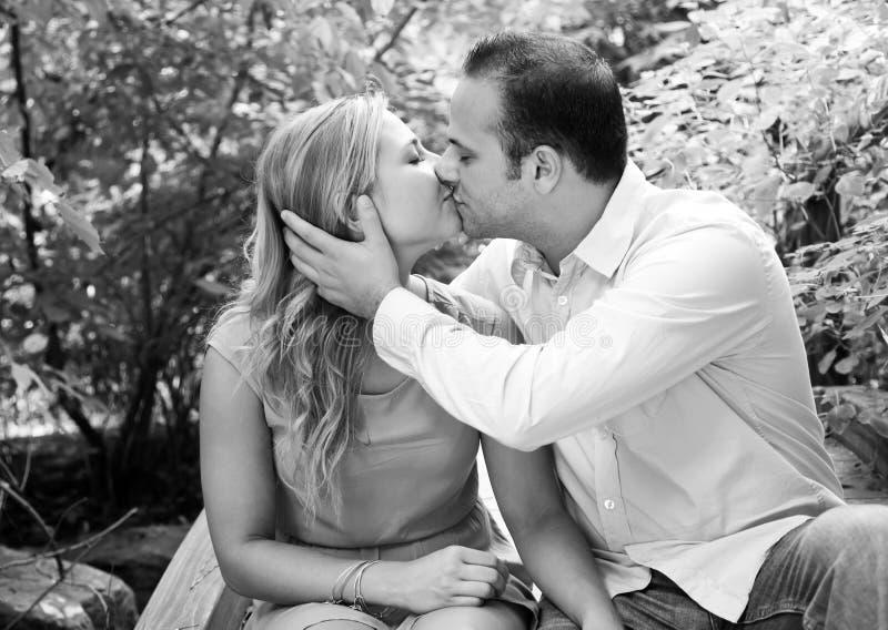 El besarse feliz de los pares fotografía de archivo