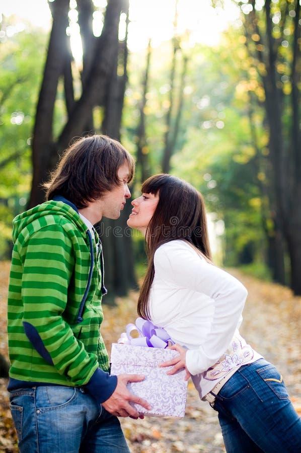 El besarse joven de los pares imágenes de archivo libres de regalías