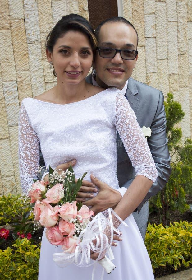El besarse joven de los pares de la boda imágenes de archivo libres de regalías