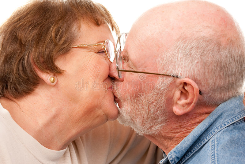 El besarse mayor cariñoso de los pares fotografía de archivo libre de regalías