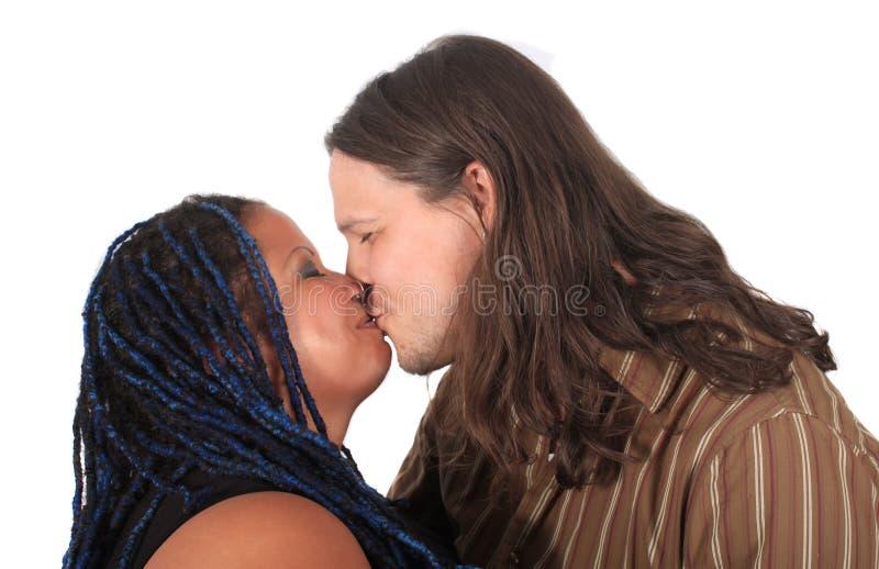El besarse multi de los pares de la raza fotos de archivo