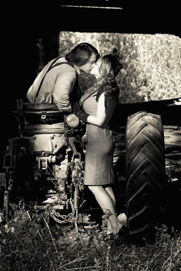 El besarse retro de los pares fotografía de archivo
