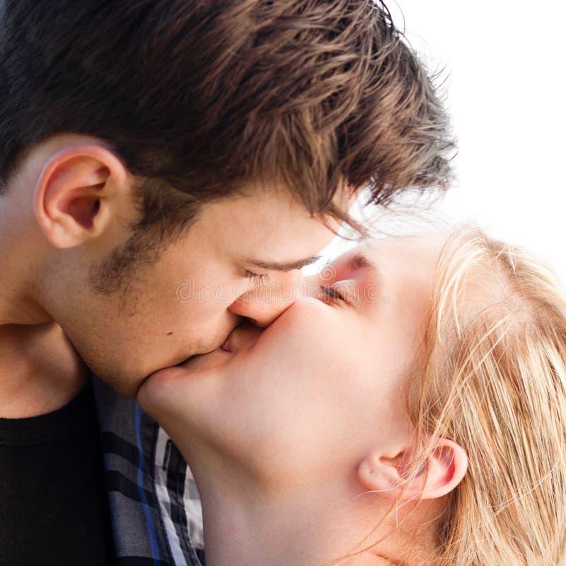 El besarse romántico joven de los pares imagenes de archivo