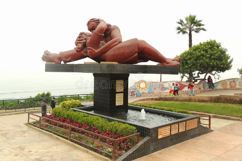 EL Beso o ` la escultura del ` del beso en el parque del amor del ` de Parque del Amor del ` por el Océano Pacífico en el distrit fotografía de archivo libre de regalías