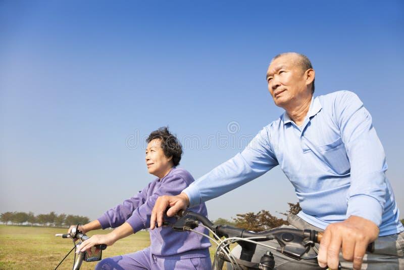 El biking asiático de los pares de los mayores imágenes de archivo libres de regalías