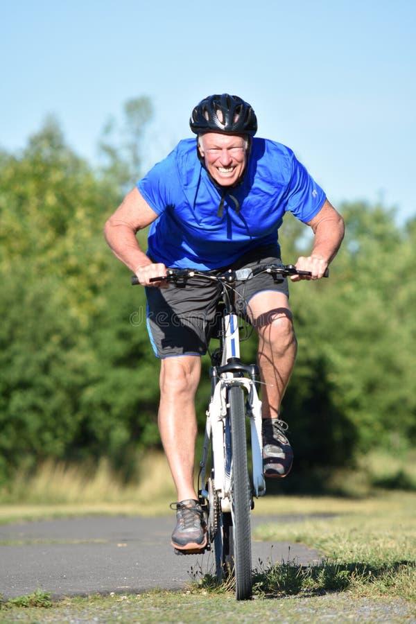 El Biking atlético del hombre del ciclista masculino agotador foto de archivo libre de regalías