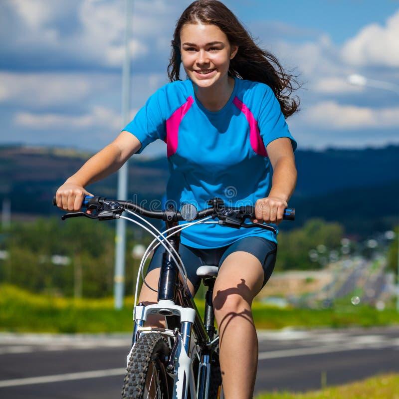 El biking de la muchacha foto de archivo
