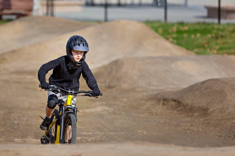 El biking de montaña del niño imagen de archivo