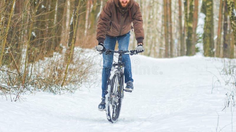 El Biking de montaña en bosque del invierno fotografía de archivo libre de regalías